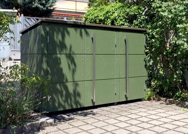 Grüne Dreier-Mülltonnenbox