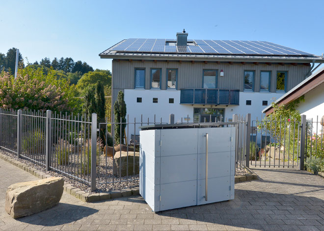 Mülltonnenbox vor Einfamilienhaus