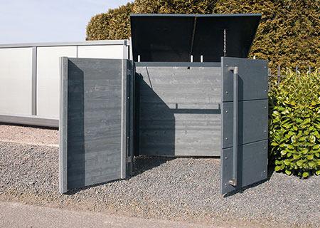Mülltonnenbox geöffnet vor Einfahrt