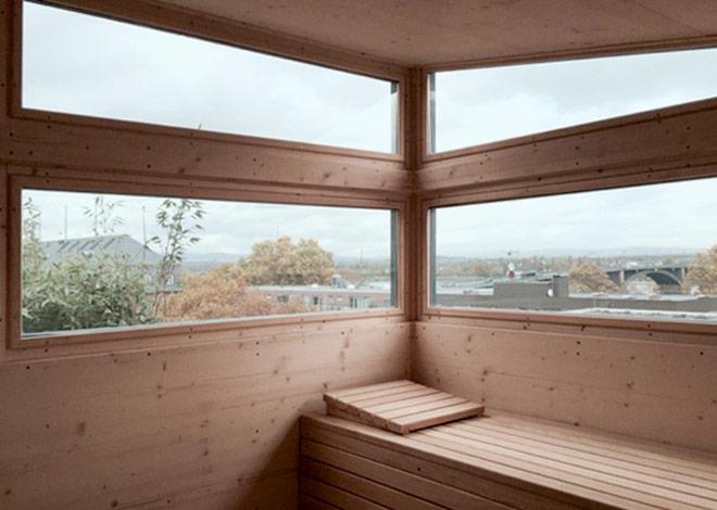 Luxuriöse Aussicht aus dem Innenraum der Sauna
