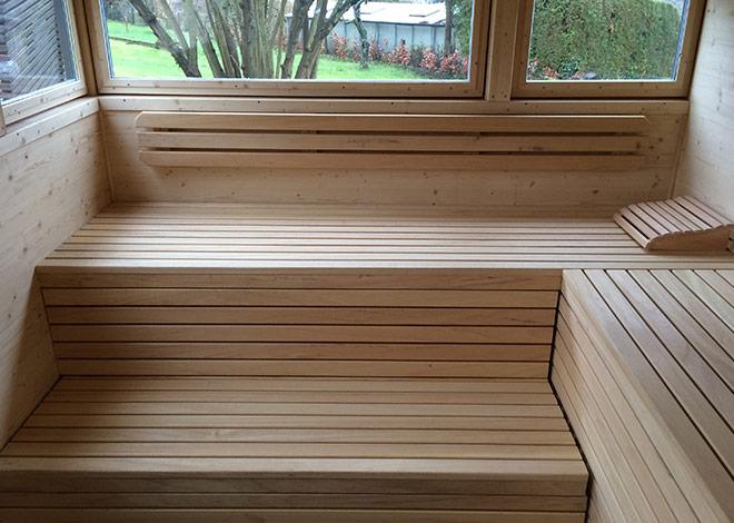 Saunabänke vor Aussicht in den Garten